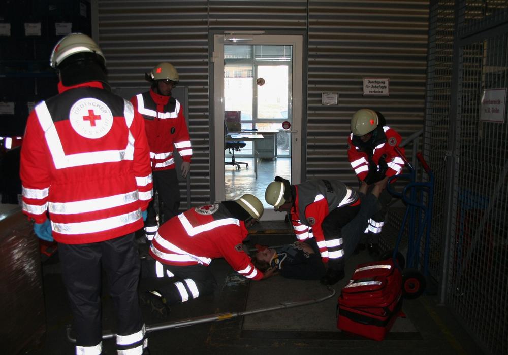 Die ehrenamtlichen Katastrophenschützer des DRK übten den Umgang mit Verletzten nach einem Industrie-Unfall. Foto: DRK