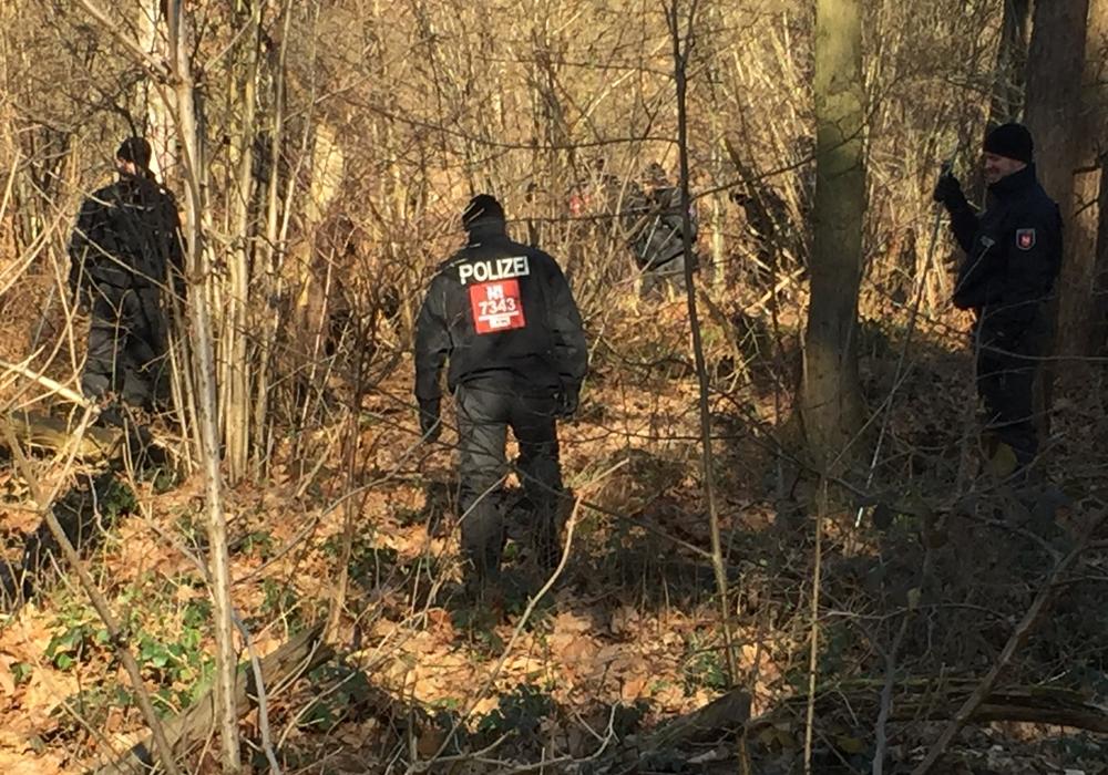 Die Polizei durchsuchte am Morgen ein Waldstück in Kralenriede. Foto: Robert Braumann