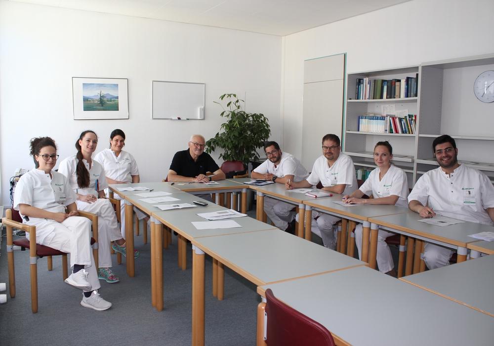 Eine Initiative für Integration: Prof. Dr. med Manfred Holzgraefe (4.v. links) mit Teilnehmern des Weiterbildungs-Kurses, ausländischen Assistenzärzten. Foto: Asklepios Kliniken Schildautal