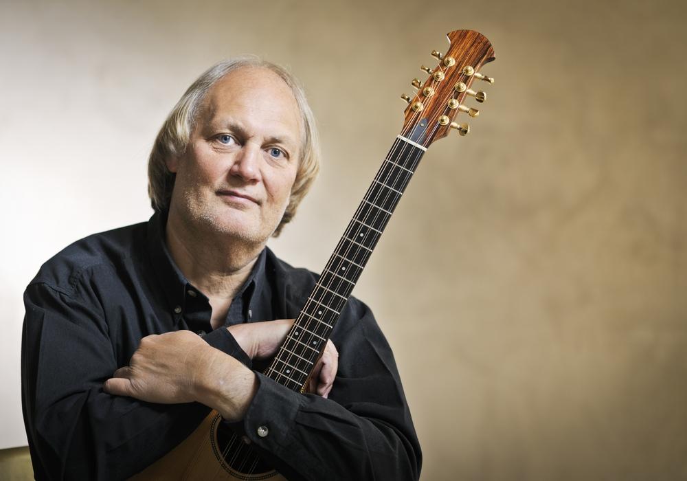 Peter Kerlin begeistert mit zarten und eindrücklichen Balladen und vielfältig arrangierten Instrumentalmelodien auf Bouzouki und Gitarre. Foto: Künstler