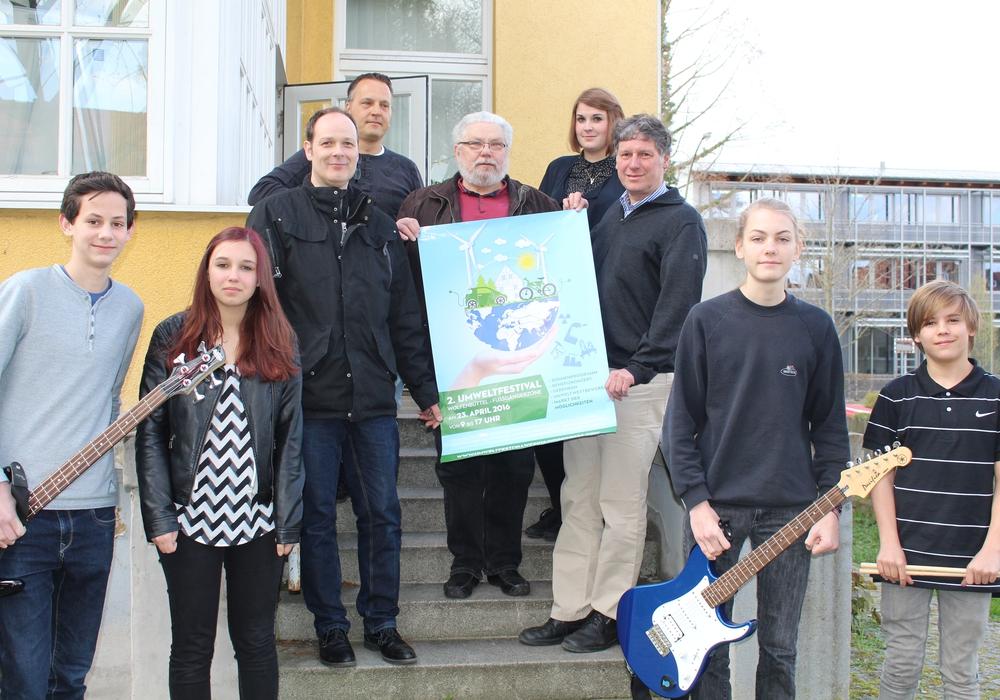 Paul Koch (Mitte), Organisator des Umweltfestivals mit Mitgliedern der Band Musix und Vertretern des Rockbüros, der evangelischen Jugend und des Landkreises. Foto: Jan Borner