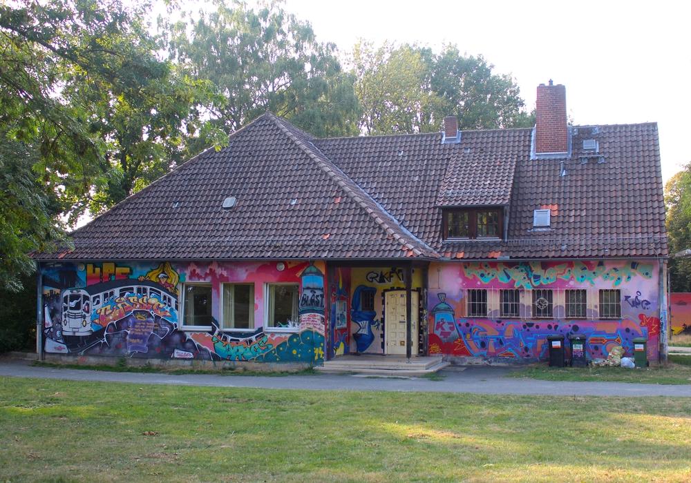 Der Kinder- und Jugendtreff an der Swindonstraße: Hier könnte bald auf Kunstrasen gekickt werden. Foto: Nick Wenkel