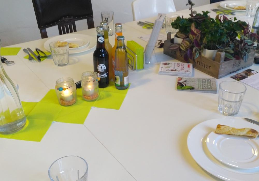 Welcome Dinner Braunschweig - Gemeinsam den Tisch decken gehört auch mit dazu. Foto: Madina Rostaie