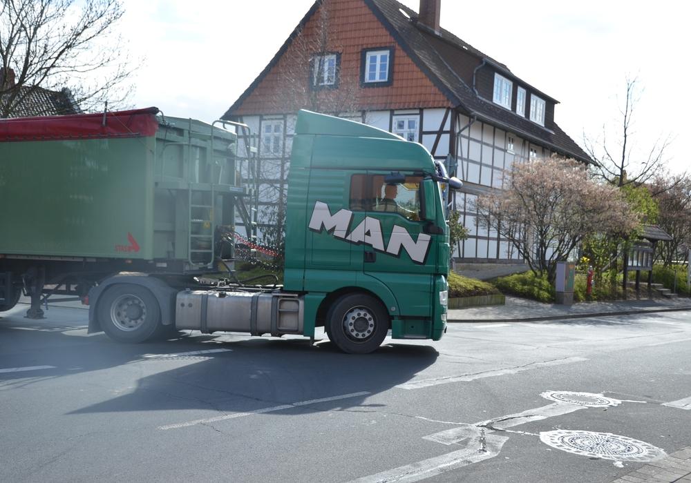 Fahrer eines Lastkraftwagens übersah parkendes Auto. Foto: privat