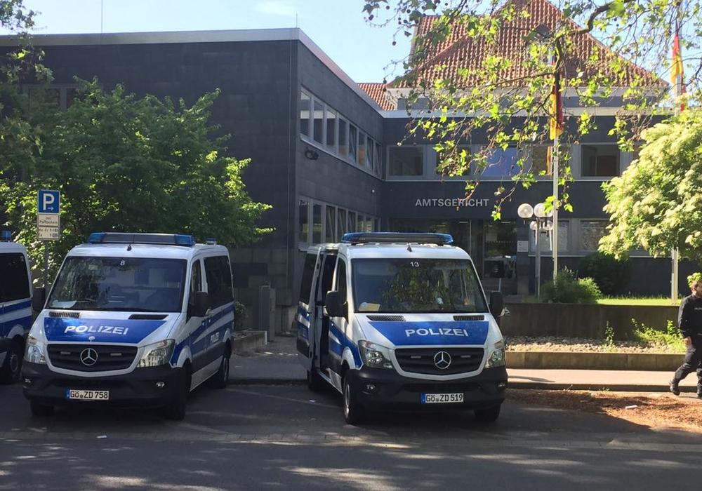 Unter erhöhten Sicherheitsvorkehrungen wurde heute Morgen der Prozess gegen einen 27-Jährigen eröffnet, der ältere Menschen betrogen haben soll. Foto: Nino Milizia