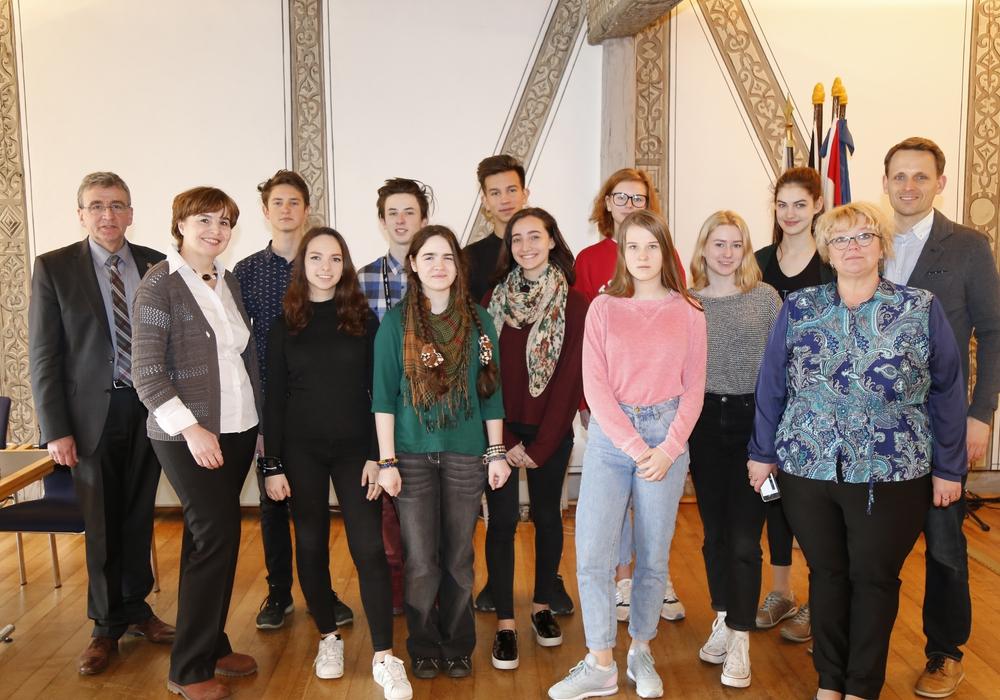 Bürgermeister Thomas Pink (li.) begrüßte die Gäste aus Russland im Rathaus. Foto: Stadt Wolfenbüttel/RAE