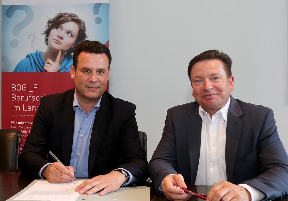 Besiegeln die weitere Zusammenarbeit: Gifhorns Bürgermeister Matthias Nerlich (links) und Oliver Syring, Geschäftsführer der Allianz für die Region GmbH. Foto: Allianz für die Region GmbH/Matthias Leitzke