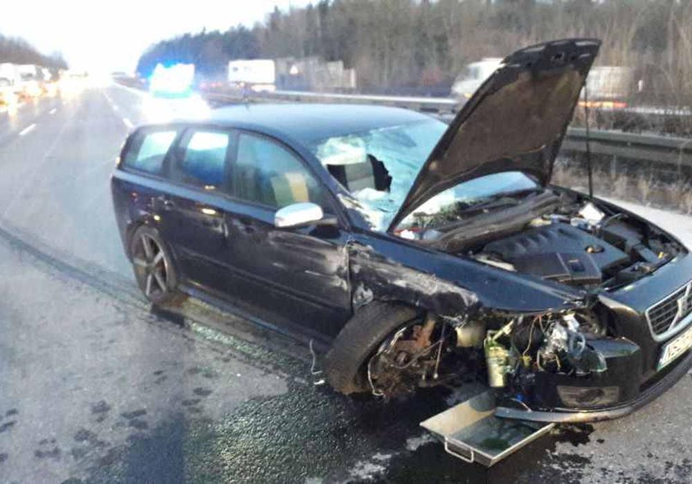Die 28-jährige Beifahrerin verletzte sich durch den Aufprall schwer. Foto: Polizei