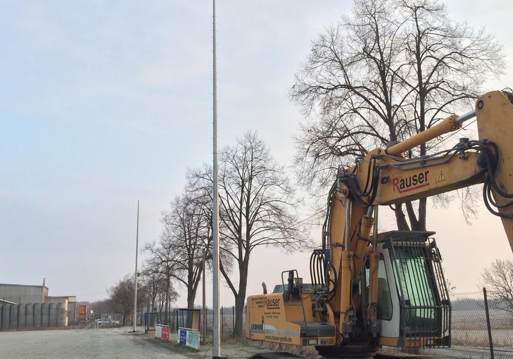 Auf dem Sportplatz Wiedelah stehen schon die neuen Masten der Flutlichtanlage. Foto: Anke Donner