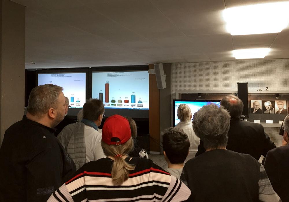 Viele Bürger verfolgten den Wahlabend direkt im Rathaus in Lebenstedt. Offenbar schienen nicht alle Salzgitteraner so interessiert zu sein. Foto/Video: Alexander Panknin