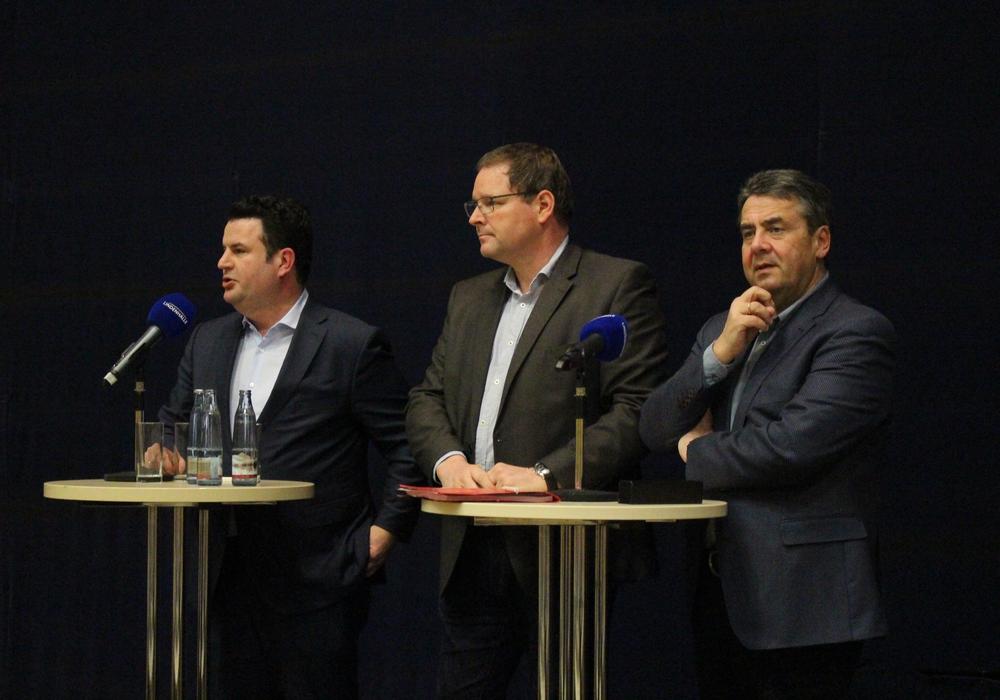 Hubertus Heil, Marcus Bosse und Sigmar Gabriel stellen sich der Diskussion um den potentiellen Koalitionsvertrag. Fotos / Podcasts: Sandra Zecchino