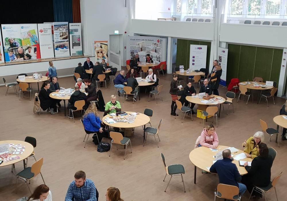 Erfolgsversprechende Gespräche bei der Arbeitsmarktbörse in Wittingen. Fotos: Agentur für Arbeit Helmstedt