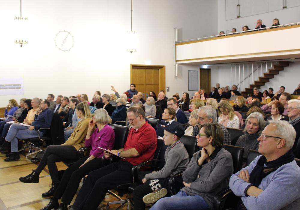 Zahlreiche Anwohner, Eigentümer und Mitglieder des Stadtbezirksrates hatten sich zur Informationsveranstaltung im Großen Sitzungssaal eingefunden. Fotos: Hackert/Walter