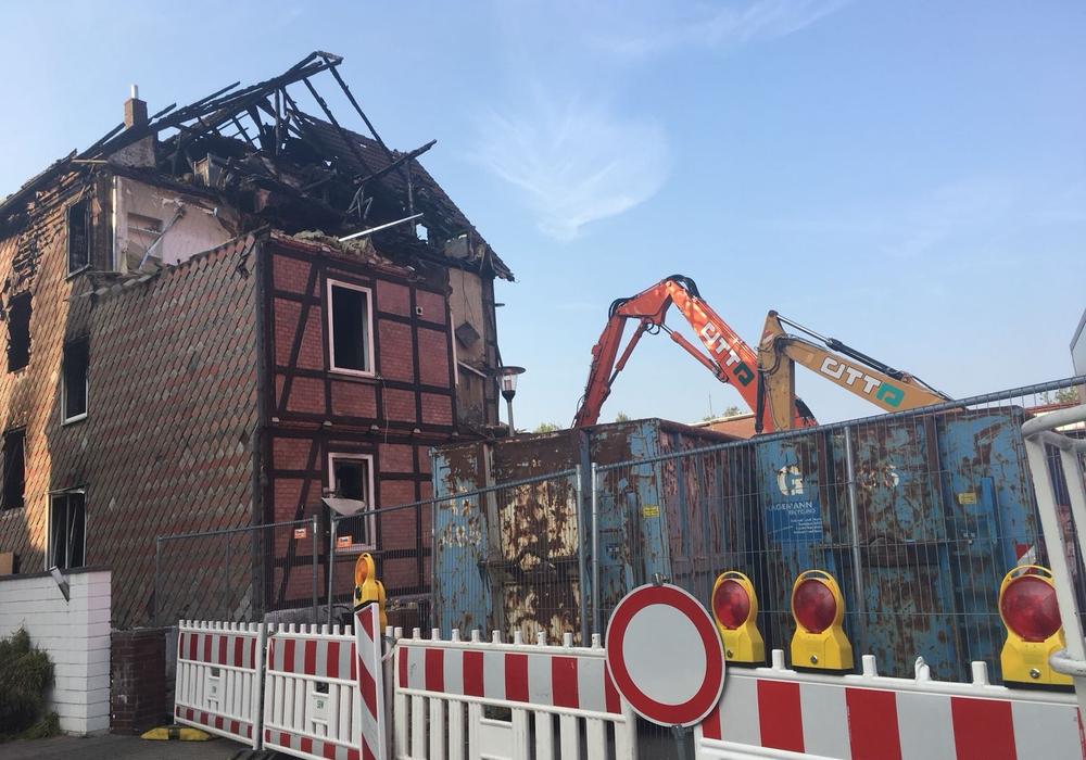 Die Brandruine wird abgerissen, die Arbeiten an der Zickerickstraße haben begonnen. Foto: Nick Wenkel