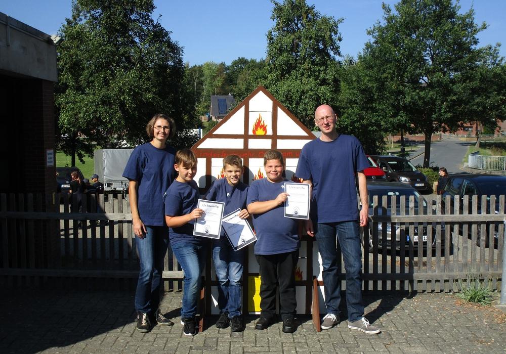 Drei Kinder der Kinderfeuerwehr Dettum mit dem Kinderfeuerwehrwart Michael Seiffert und der Betreuerin Anja Seiffert . Foto: privat
