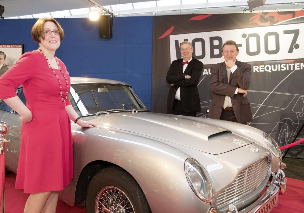 """Die """"Macher"""" der James Bond-Ausstellung im AutoMuseum: Eberhard Kittler und Dr. Siegfried Tesche (hinten, von links) und Susanne Wiersch (vorn) freuen sich über den Klassiker, der in sieben James Bond Filmen mitspielte, den Aston Martin DB 5. Fotos: Volkswagen AG"""