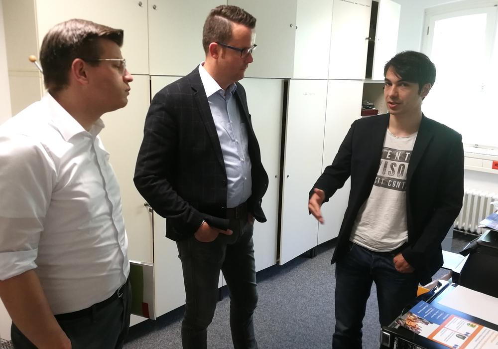 Die FDP-Landtagsabgeordneten Björn Försterling und Christian Grascha tauschten sich von Leanact-Mitbegründer und Geschäftsführer Hadi Ghorashi über die Bedürfnisse junger Unternehmer aus (v. li.). Foto: Kevin Machura