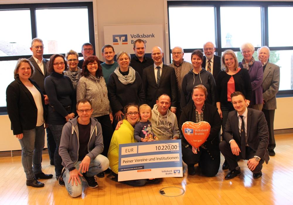 Die Vertreter der Vereine und Insititutionen nahmen heute die symbolischen Spendenschecks entgegen. Fotos: Eva Sorembik
