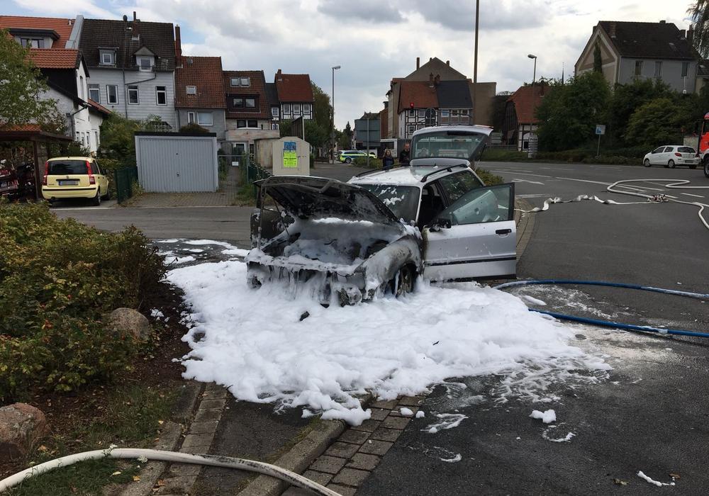 Der Wagen wurde mit Schaum gelöscht. Fotos: aktuell24/Kr