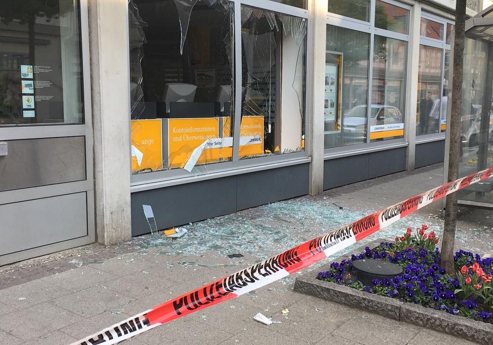 Im April 2018 wurden zwei Geldautomaten in einer Bank in der Breiten Herzogstraße gesprengt. Foto: aktuell24/BM