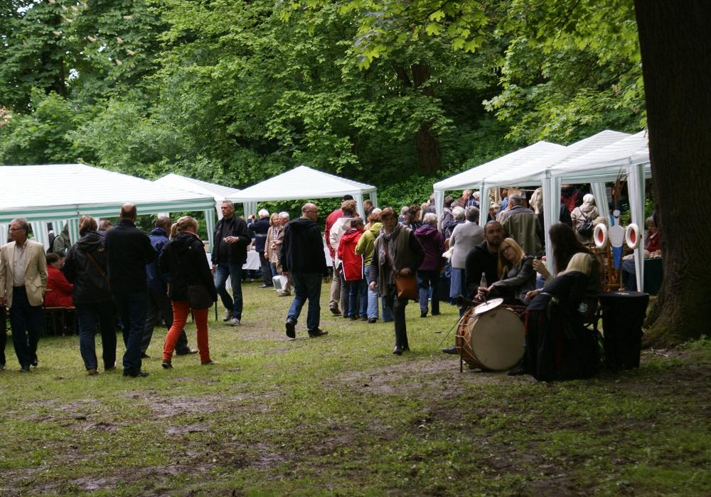 Auch in diesem Jahr darf das beliebte Mühlenfest Schladen an Pfingsten nicht fehlen. Aktuell gibt es noch freie Standplätze beim Flohmarkt. Symbolfoto: Anke Donner