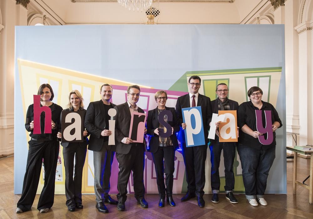 Von links: Tanja Liebermann, Amy Share-Kissiov, Sebstian Welker, Stefan Mehrens, Dagmar Schlingmann, Julien Mounier, Andreas Wilkens und Sarah Grahneis. Foto: Staatstheater Braunschweig