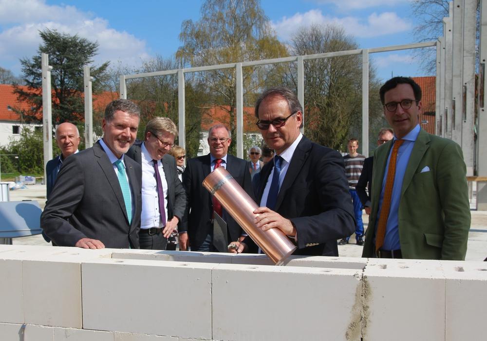 Oberbürgermeister Ulrich Markurth bei der Grundsteinlegung. Fotos: Siegfried Nickel