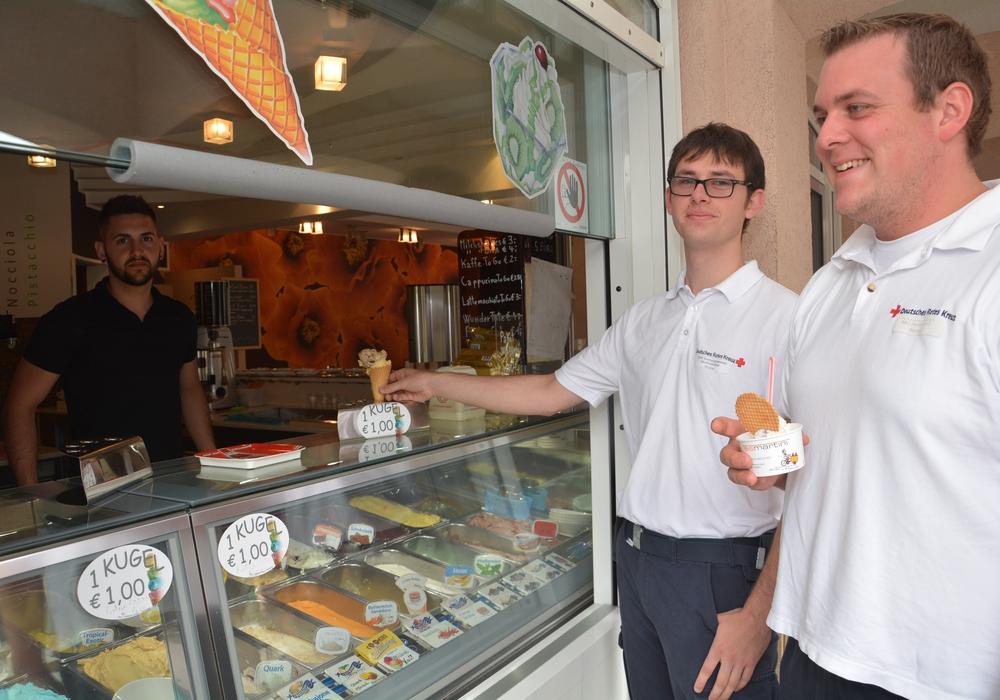 Das erste Eis auf DRK-Kosten holten sich Björn Blume (Mitte) und Lennart Horny bei Angelo di Francesco (links) vom Eiscafe Martini in Wolfenbüttel ab.  Foto: DRK