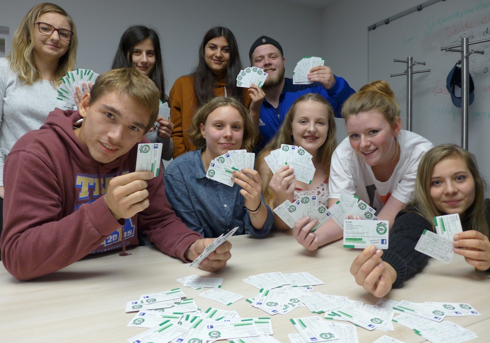 Mitglieder des Jugendparlamentes Salzgitter präsentieren ihren Taschenkalender für das Jahr 2018. Foto: Stadt Salzgitter