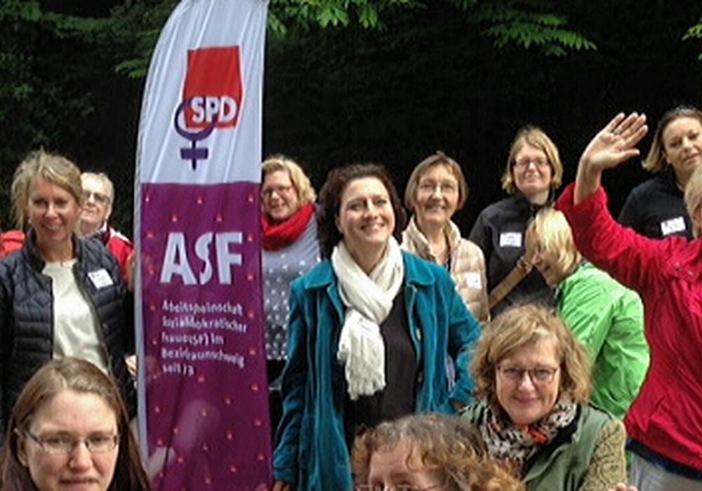 Von links: Simone Wilimzig-Wilke (ASF Bezirksvorsitzende), Annette Schütze (Landtagskandidatin Braunschweig), die Bundestagsabgeordnete Dr. Carola Reimann und Bürgermeisterin Annegret Ihbe inmitten vieler Frauen aus Vereinen und Verbänden. Foto: SPD