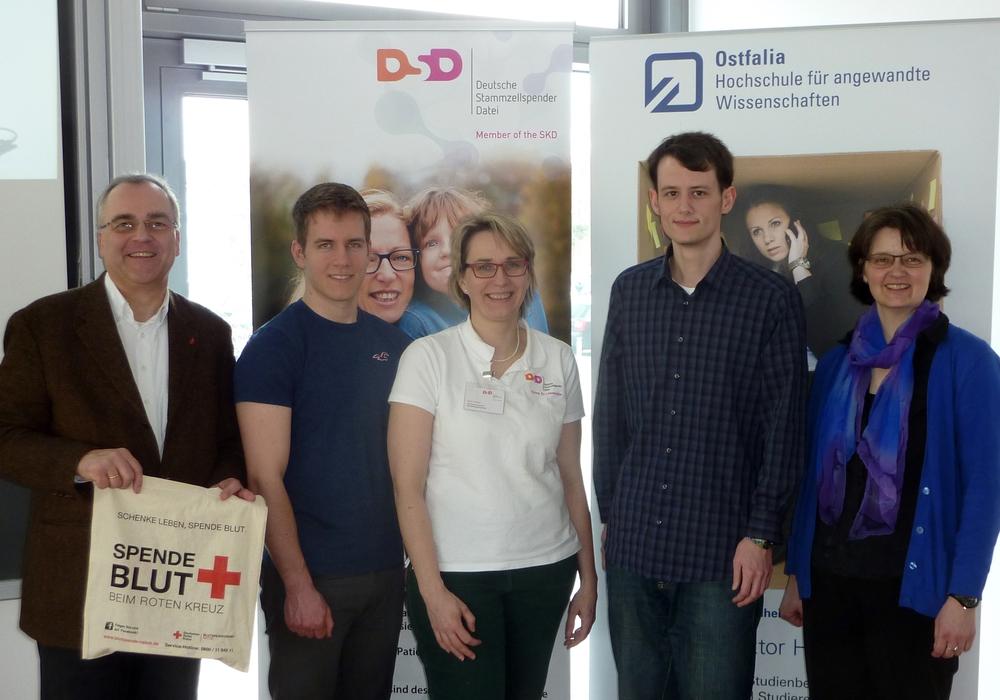 Zwei Stammzellspender in einer Typisierungsaktion sind ein Glücksfall (von links): Peter Friedsch (DRK), Niklas Kröger, Grit Gröbel (DSD), Ole Harms, Christina Hadler (Ostfalia). Foto: Privat