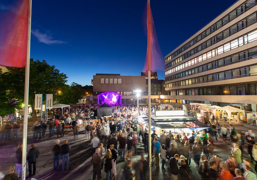 Die TU-Night lockt traditionell viele Gäste auf den Forumsplatz. Foto: TU Braunschweig