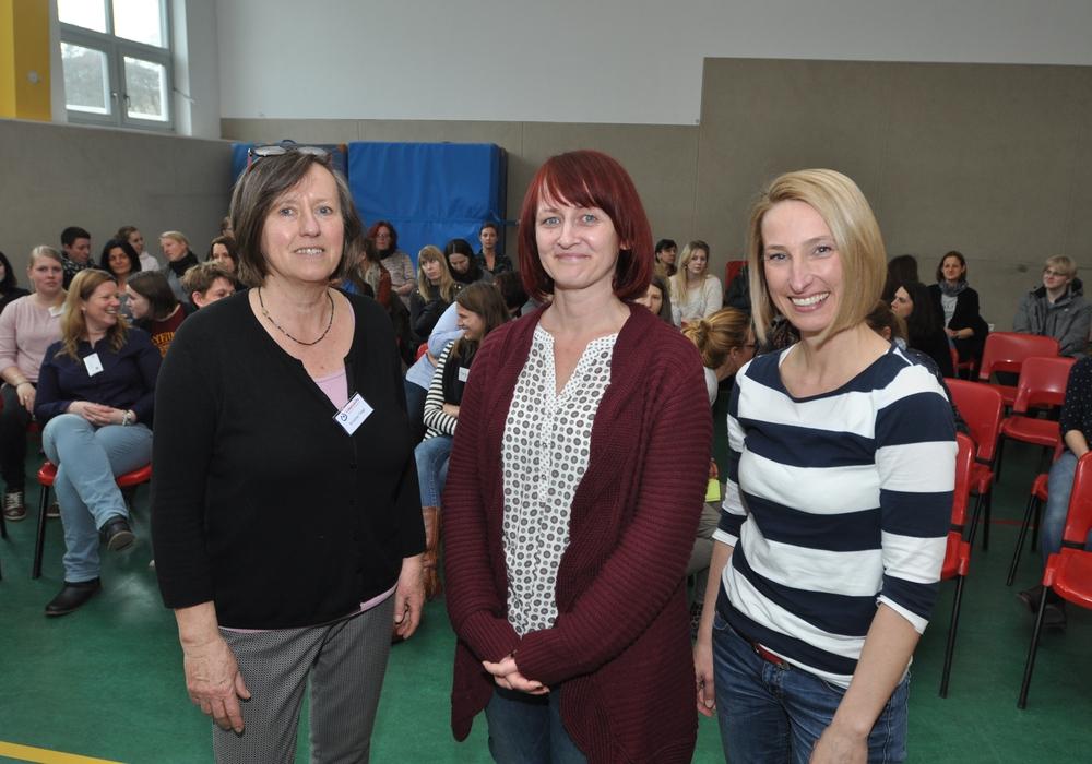 Löwenzahn-Leiterin Kristine Voigt begrüßte die Referentinnen Tina Seiler und Melanie Berndt in der Turnhalle des Kindergartens (von links). Foto: Lebenshilfe