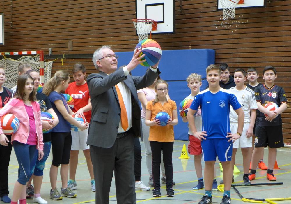 Hans-Dieter Reichelt, Vorstand der Volksbank, bewies seine Fähigkeiten am Basketball. Foto: Volksbank Nordharz eG