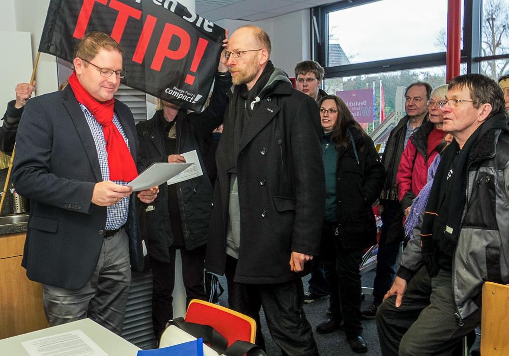 Campact!-Aktivisten übergeben SPD-Landtagsarbgeordneten Marcus Bosse einen offenen Brief an die Delegierten des SPD-Bundesparteitages im Dezember. Sie fordern, dass TTIP abgelehnt wird. Foto: Campact!/Frank Schildener