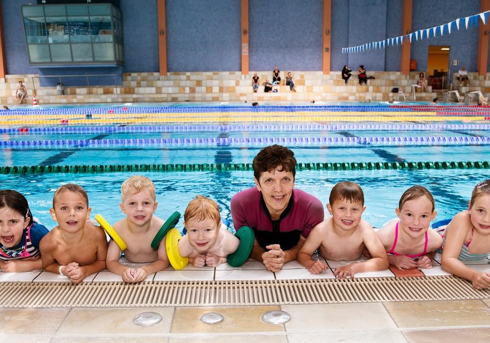 In Gruppen von maximal sieben Kindern lernen die Kleinen das Schwimmen. Foto: Stadt Wolfsburg