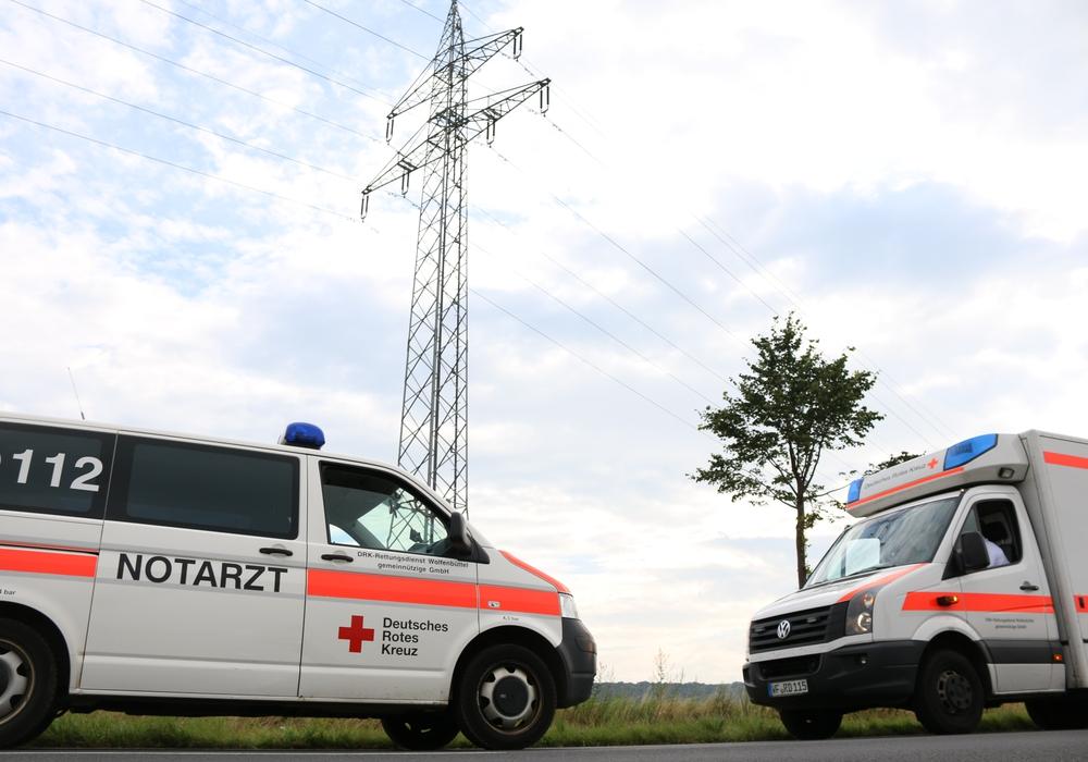 Der Rettungsdienst des Deutschen Roten Kreuzes kümmerte sich um den 19-Jährigen, nachdem er vom Strommasten gerettet wurde. Foto: Werner Heise