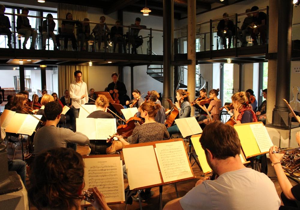 """Musik-Schüler der drei Wolfenbütteler Gymnasien lauschten dem freien Orchester """"M18"""" in der Schünemannschen Mühle. Foto: Werner Heise"""