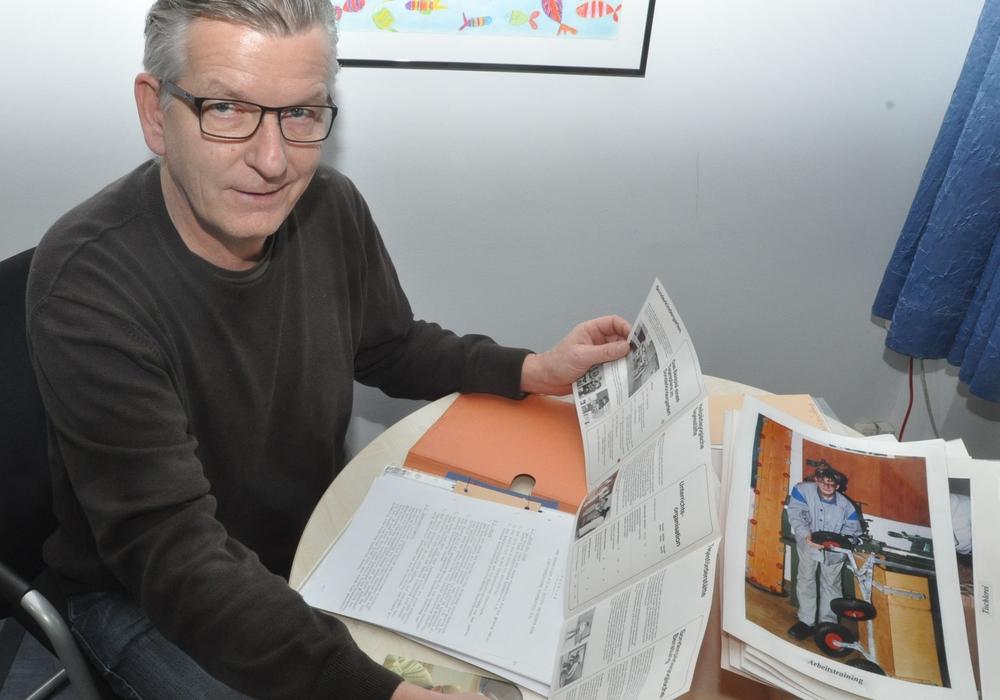Axel Koßmann wühlt sich derzeit durch Unterlagen aus der Gründungszeit des Wolfenbütteler Lebenshilfe-Vereins. Foto: Lebenshilfe