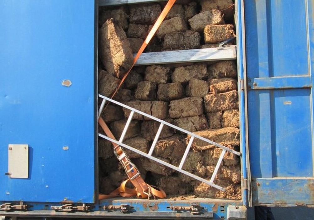 18 Tonnen Torfballen ungesichert auf der Ladefläche. Foto: Polizei Braunschweig
