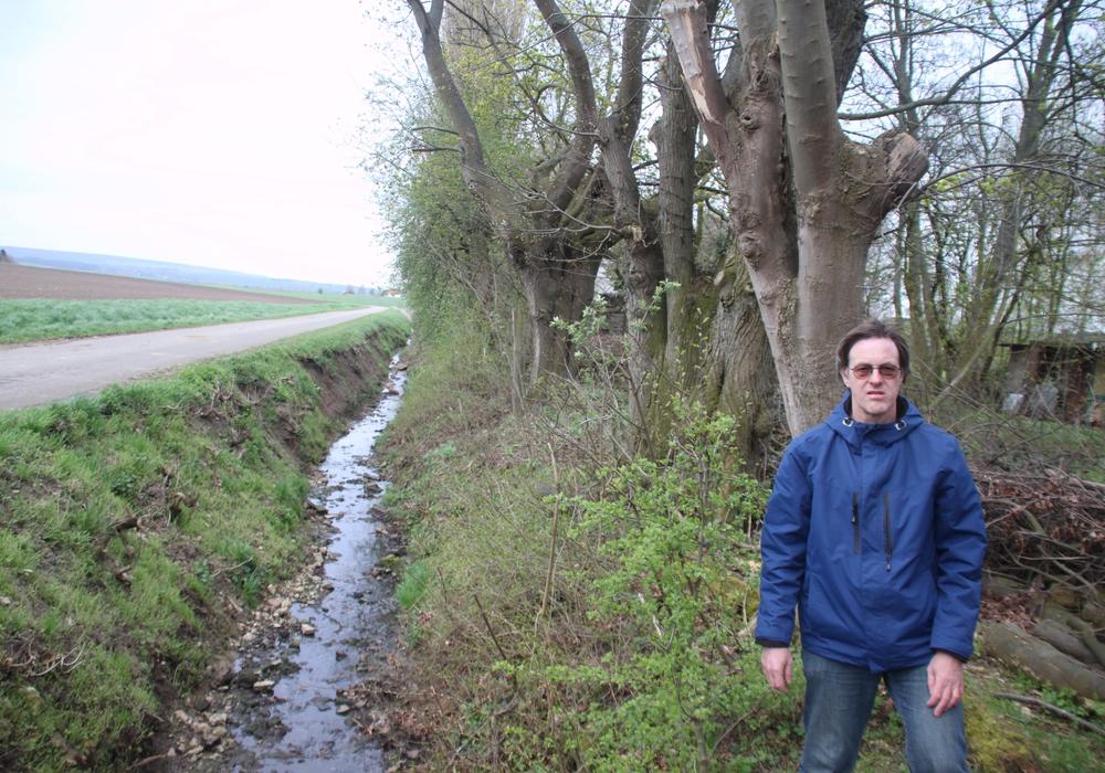 Lutz Seifert am Gewässer Osterbeek in Klein Vahlberg. Foto: Bündnis 90 / Die Grünen Ortsverband Elm - Asse - Fallstein