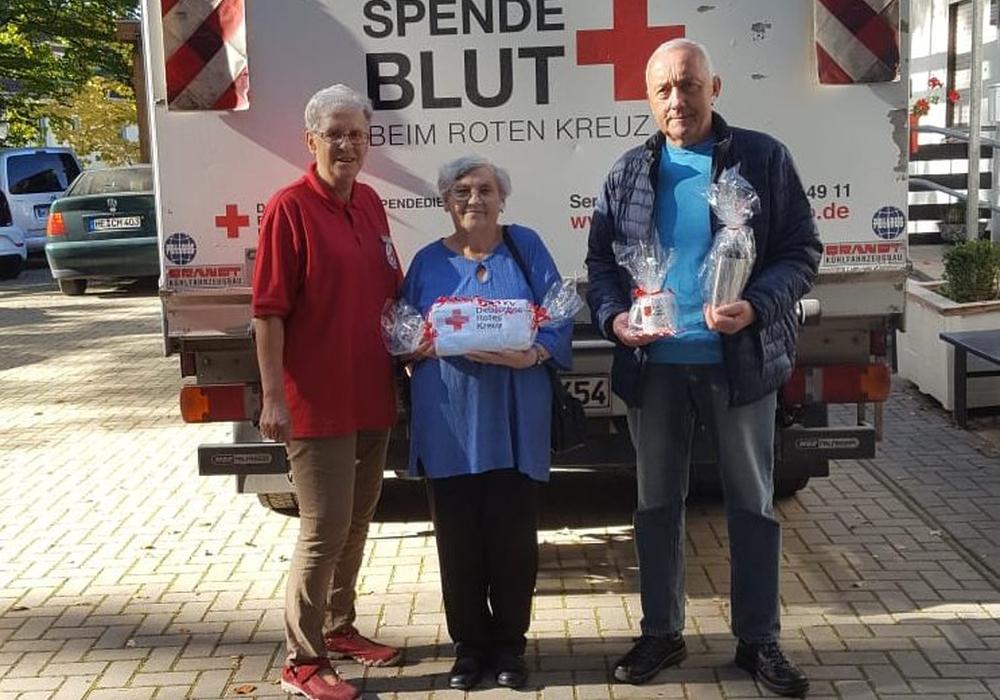 Zum Dank überreichte Ingrid Weiler vom DRK-Blutspende Team ein Präsent an Frau Sukop und Herrn Weiss. Foto: DRK Ortsvereins Wolfsburg-Mitte