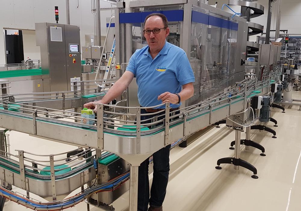Reinhard Hartung (Geschäftsführer der Sternenfrucht Produktions GmbH & Co. KG) präsentiert stolz die Abfüllanlage im Sternenfrucht-Neubau in Liebenburg. Foto: WiReGO