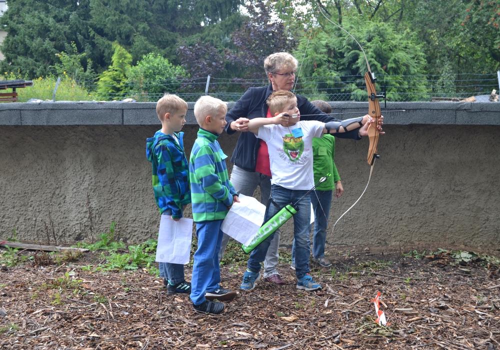 Zum zweiten Mal hat der Schützenverein an der Ferienpassaktion der Gemeinde Cremlingen teilgenommen und für Spiel und Spaß gesorgt. Hier: Bogenschießen Foto: Privat