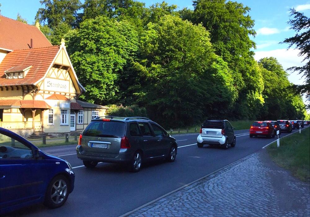 Zu den Stoßzeiten staut es sich am Sternhausberg - länger als sonst. Foto: Jan Borner
