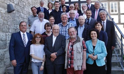 Strahlten mit der Sonne um die Wette: die Preisträger des IHK-Sozialtransferpreises 2018 zusammen mit Dr. Carola Reimann, Niedersächsische Sozialministerin (1. Reihe rechts), IHK-Vizepräsident Georg Weber (1. Reihe links) und Jury-Vorsitz Harald Tenzer (3. Reihe rechts).