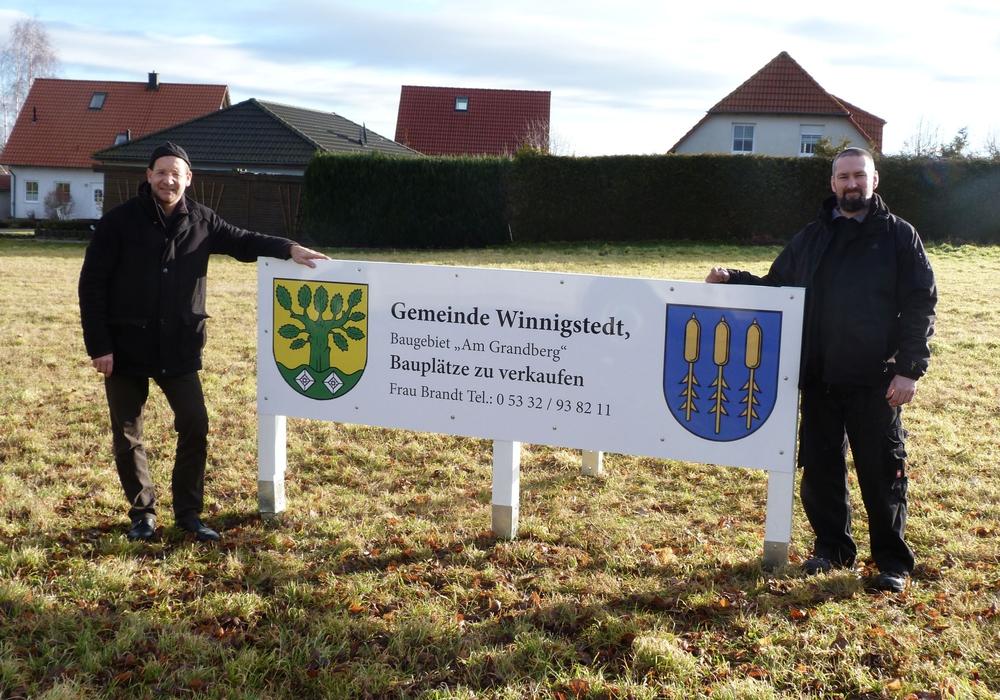 Bürgermeister Michael Waßmann (li.) und der Ortsbeauftragte Mirco Mittag haben im Neubaugebiet ein neues Werbeschild aufgestellt. Foto: privat