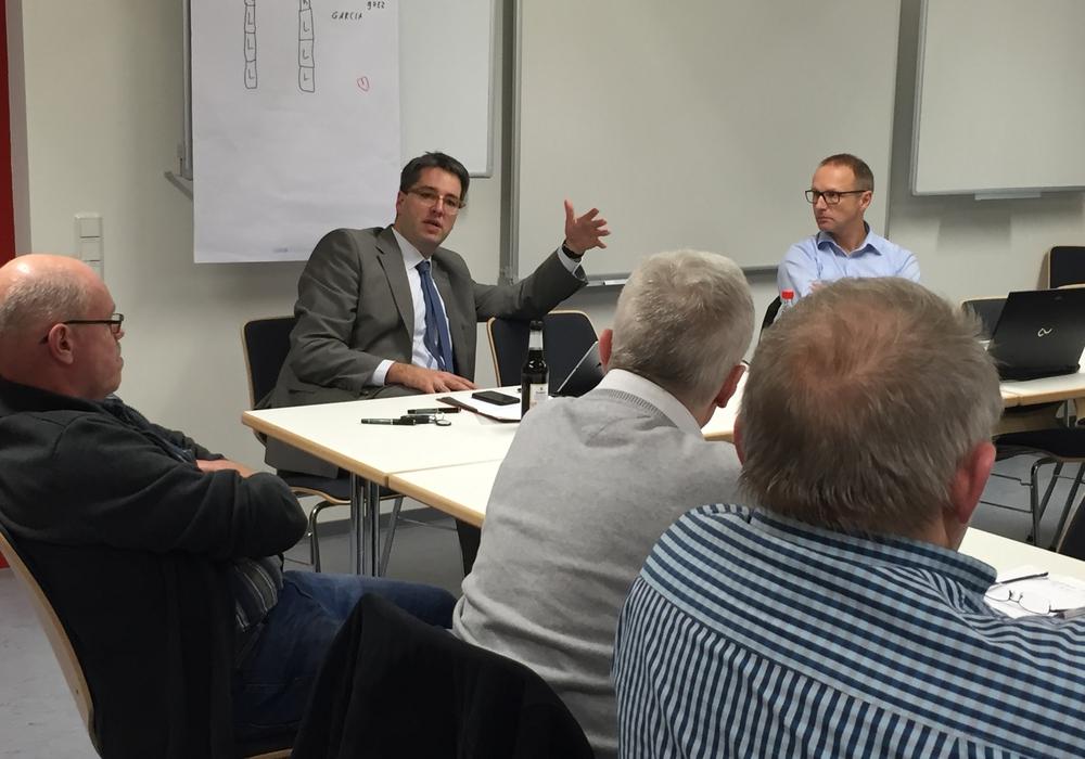Auf Einladung des CDU-Ratsherrn Norbert Schecke konnten zahlreiche interessierte Hahndorfer zur Bürgersprechstunde im Feuerwehrhaus Goslar begrüßt werden. Als Gast stand auch Oberbürgermeister Dr. Oliver Junk für Fragen und Antworten zur Verfügung. Foto: Schecke