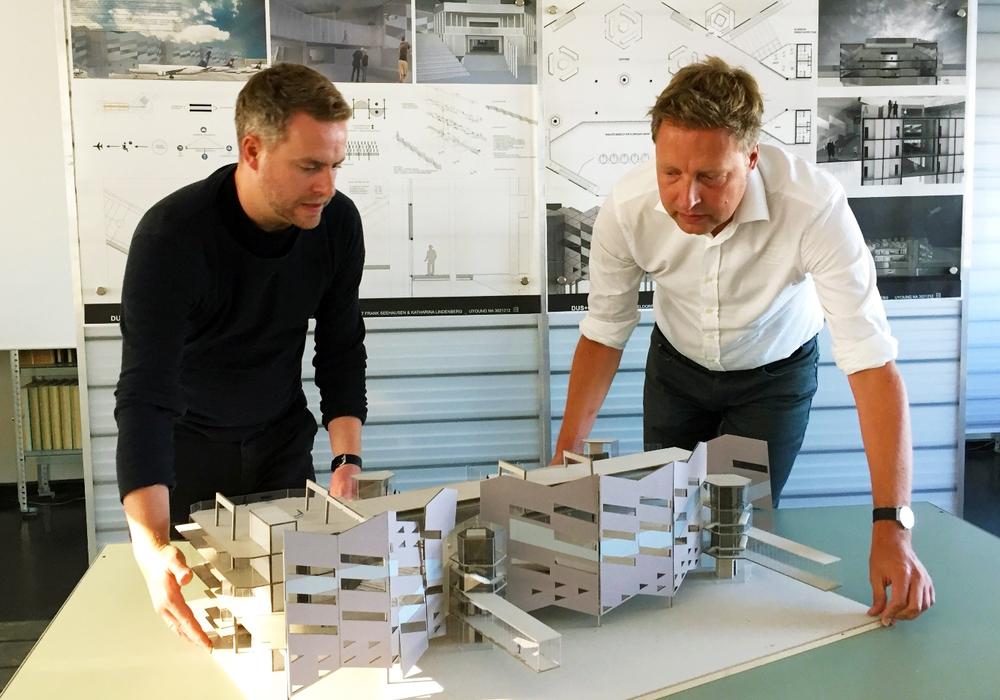 Die Architekten Jan Holzhausen und Wolfgang Sunder an einem Flughafenmodell. Foto: IIKE/TU Braunschweig