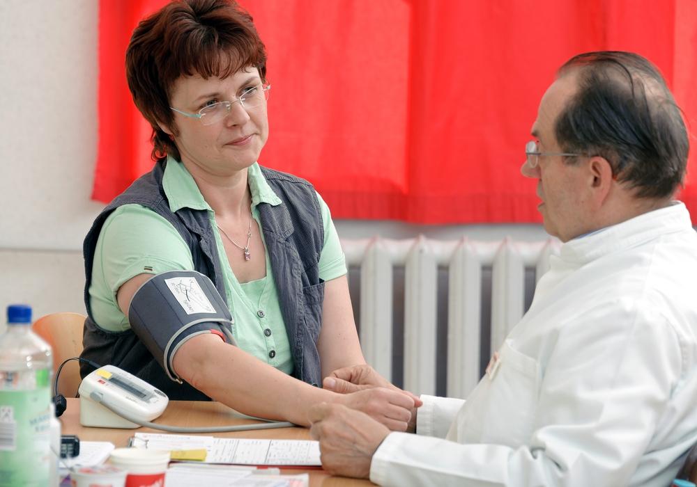 Blutdruckmessung vor der Blutspende. Symbolfoto: DRK-Blutspendedienst NSTOB